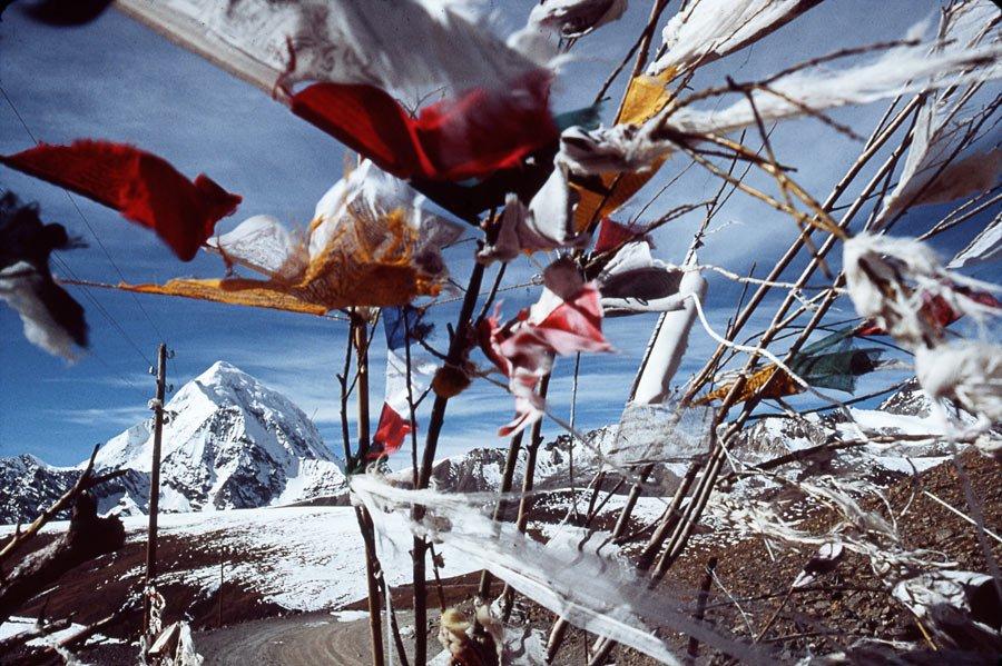 22 RIBOUD Marc - Tibet - Col de l'Himalaya avec des 'chevaux de vent' (drapeaux de prière) et poteaux électriques, avant Shigatsé - 1985
