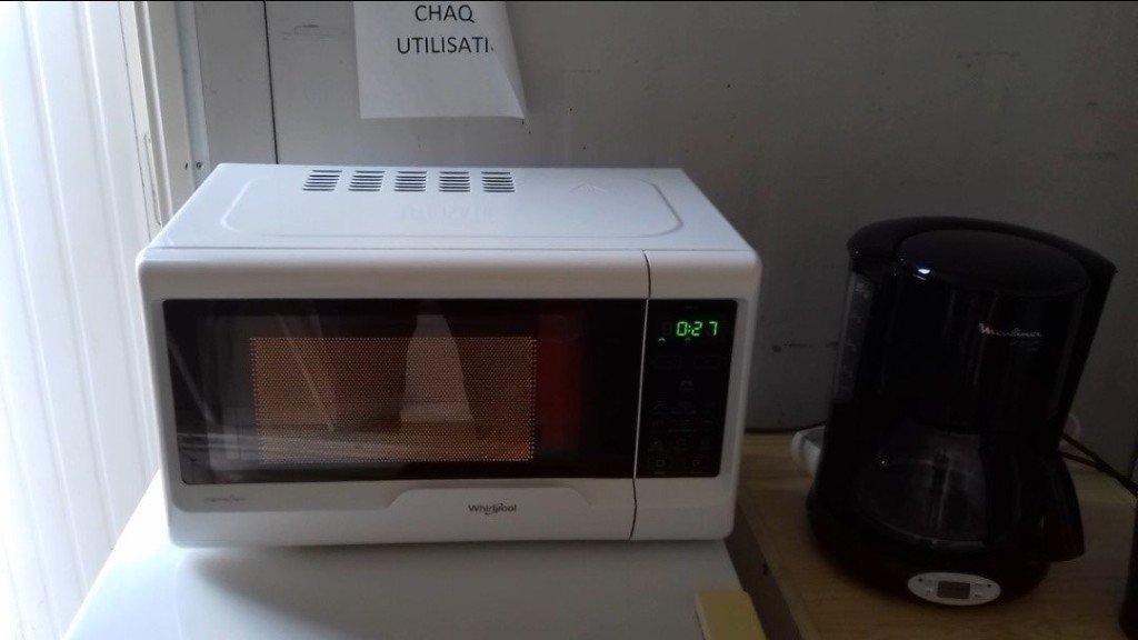 61 Micro-ondes (dans le cabanon de chantier) - photogramme d'une vidéo perso de 34'' - 2021