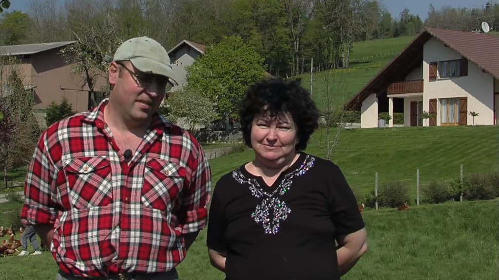 132 L'œuf de nos villages, éleveurs engagés – vidéo promotionnelle, 2009 – éleveurs au travail, mine de rien – copie d'écran, 2021