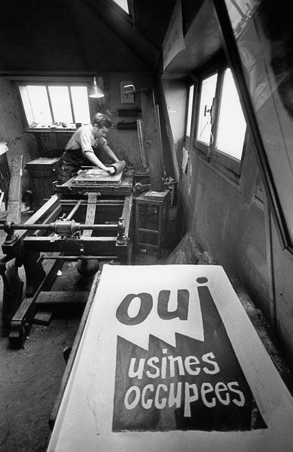 134 Marc Riboud – fabrication des affiches et élaboration des slogans à l'École de Beaux-arts – mai 1968 – étudiants ? ouvriers ? artistes ?